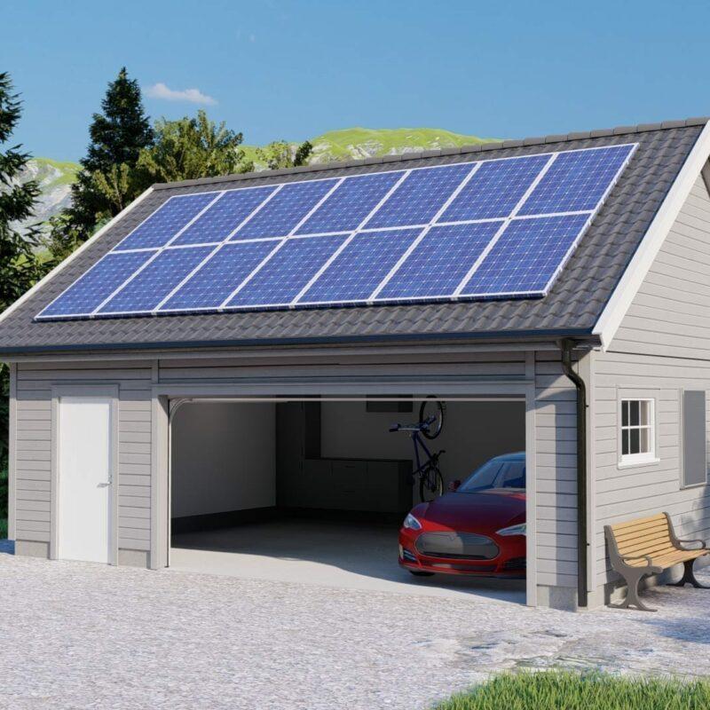 åpen garasjeport med solcellepanel på taket